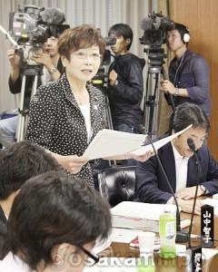 特別区設置の「協定書」の問題を明らかにし、「市民にとって百害あって一利なし」と主張する日本共産党の山中智子議員=10日、大阪市会財政総務委員会