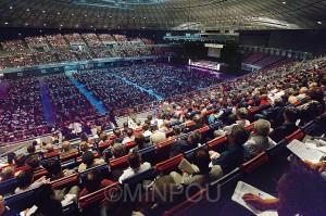 大勢の聴衆を前に山下書記局長らが訴えた「1万人のつどい」=7日、大阪市港区内