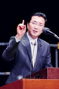 演説する山下書記局長