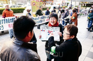 「大阪都」構想をなんとしてもストップさせようと、シール投票による対話や宣伝に取り組む明るい民主大阪府政をつくる会と大阪市をよくする会の人たち=18日、大阪市中央区内