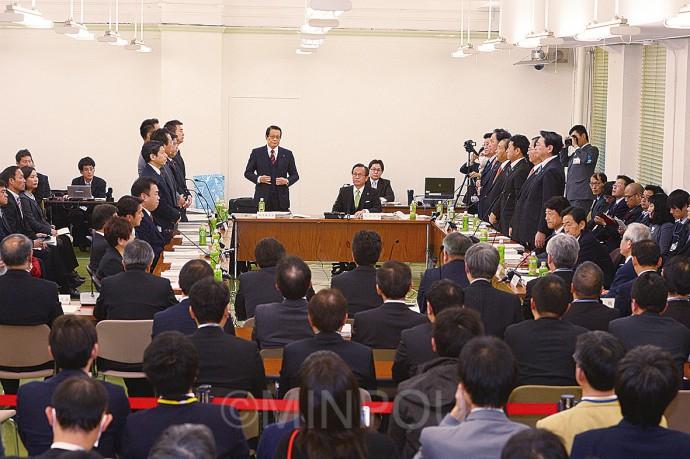 協定書案の採決で起立する維新・公明の委員らminpou