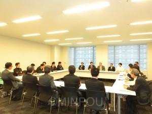 週1回の議員団会議。部屋がびっしり埋まっています=13日、東京都内