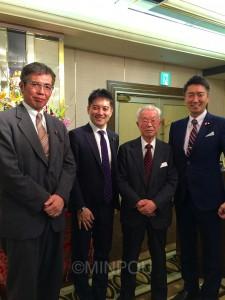 北大阪総合法律事務所の開設40周年のつどいで橋本弁護士らとともに=1月31日、大阪市淀川区内