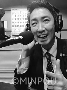 DJを務めるラジオ番組「チャージアップレディオ」収録の様子=神戸市中央区内