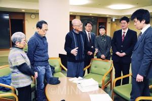5056人から集めた署名を提出=9日、大阪市役所内