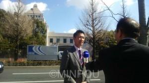 韓国メディアの取材を受ける清水氏=2月20日、国会議事堂前