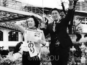 選挙中、山田みのり候補と街頭で訴えた清水ただし氏=大阪市福島区内