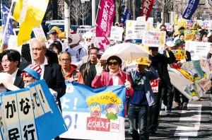 「大阪市なくさんといて」「暮らし壊す『都』構想反対」とアピールするパレード参加者=3月28日、大阪市中央区内