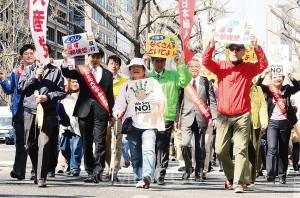 御堂筋を進む日本共産党の隊列=3月28日、大阪市中央区内