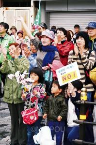 地下鉄天下茶屋駅前での志位委員長の訴えに声援を送る聴衆=5日、大阪市西成区内
