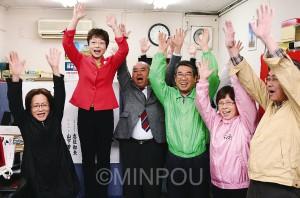 前回から得票を伸ばし5選を果たした山中智子氏(左から2人目)と府議選をたたかった岡本孝志(その右隣)=13日午前0時すぎ、大阪市城東区内