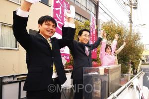 安倍首相・橋下市長の「憲法壊しのコンビ」の暴走を、日本共産党躍進で止めようと訴える山下芳生書記局長(中央)と小谷みすず府議候補(その右)、こはら孝志大阪市議候補(左)=22日、大阪市大正区内