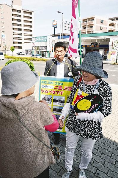維新の会の巻き返しが強まる中で迎えた住民投票投票日当日、大阪市内各地で「大阪市廃止・解体を絶対に許さない」と勝利目指す猛奮闘がありました。ヘルスコープおおさかは区内のすべての投票所での訴えや、宣伝カー運行などで午後8時までフル回転。移動中にも出会った区民に「投票お済みですか」「大阪市をつぶす『大阪都』構想に反対しましょう」と対話しました=17日、鶴見区内