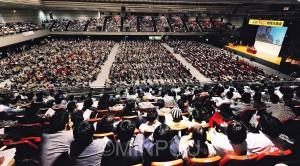 「大阪市をなくすな」と立場を超えて6千人以上の熱気に包まれた府民大集合=4月28日、大阪市浪速区内