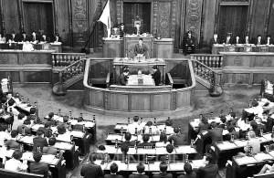 初の衆院本会議質問に立つ清水氏=19日、国会