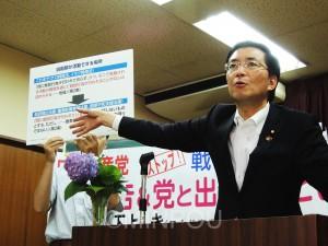 パネルを使って「戦争法案」の問題点を語る山下氏=5月30日、大阪市都島区内