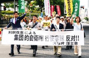 パレードの先頭には日本共産党の清水忠史衆院議員(前列左)、わたなべ結府政策委員(同右)も立ちました=7日、大阪市北区内
