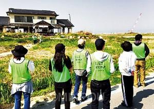 津波に襲われたまま廃墟になった沿岸部の民家=2日、南相馬市内