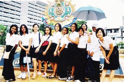 留学先のタイで仲間たちと。右端がわたなべさん