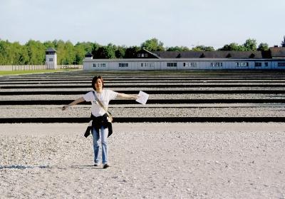 「ダッハウ強制収容所」。収容棟跡地に立つわたなべさん=独・ミュンヘン