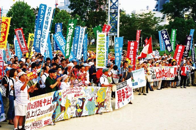 「戦争を絶対にさせない!」「安倍暴走政治を許すな!」。戦争法案阻止へ共同の呼び掛けに4千人が詰め掛けた6・23府民集会=23日、大阪市北区内