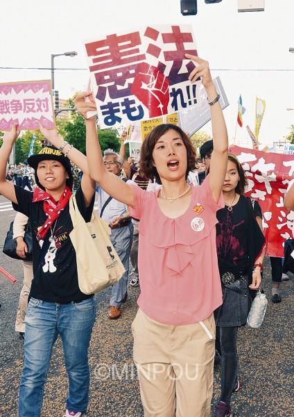 若者たちと一緒にデモ行進する日本共産党のわたなべ結参院大阪選挙区候補=18日、大阪市北区内
