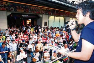 「戦争法案止めるために力貸して」。若者の訴えに耳を傾ける聴衆=12日、大阪市中央区内