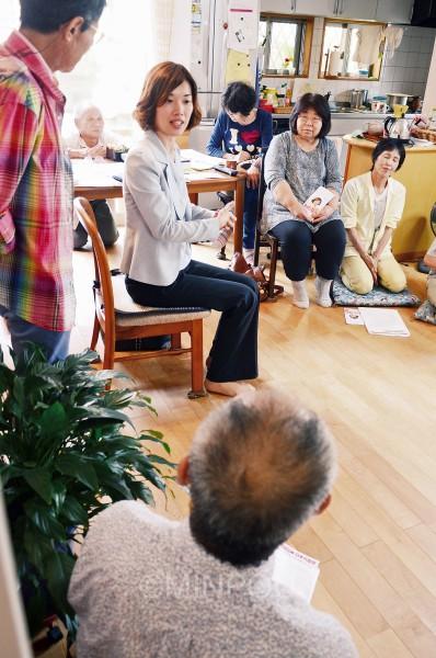熊取町で開かれた「わたなべ結さんを囲んで日本の未来を語る会」=7日、熊取町内