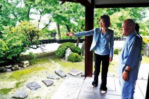 松永住職の案内で長慶寺の庭園を見るわたなべ候補=7日、泉南市内