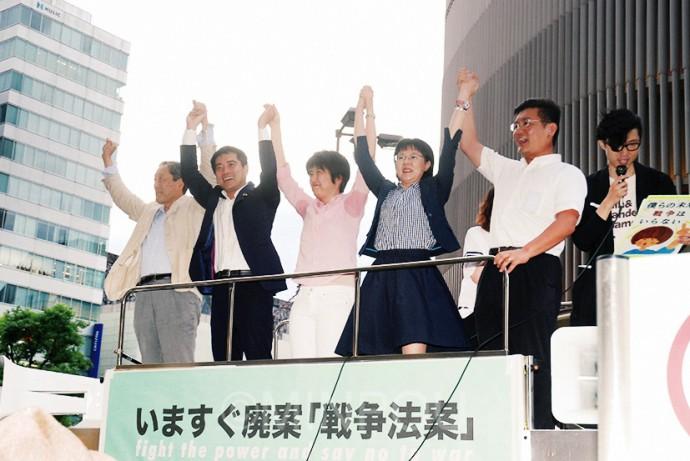 超党派議員・元議員の訴え。日本共産党からは辰巳参院議員(左から2人目)、石川府議(同4人目)が参加=12日、大阪市中央区内