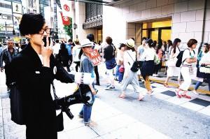 「主権者の意思表示で戦争法案を絶対廃案に!」と訴えながらフライヤーを配るSADLのメンバー=6月27日、大阪市中央区内