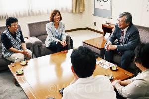 日本共産党泉南市議団と共に、竹中勇人市長(右奥)と懇談=7日、泉南市役所内