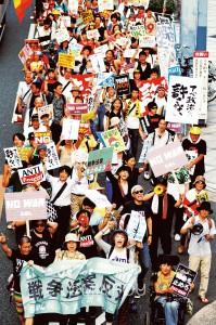 「おおさか1万人集会」の終了後、参加者は3コースに分かれてデモ行進。SADL(民主主義と生活を守る有志)のサウンドデモを先頭に進む西梅田コースの隊列=18日、大阪市北区内