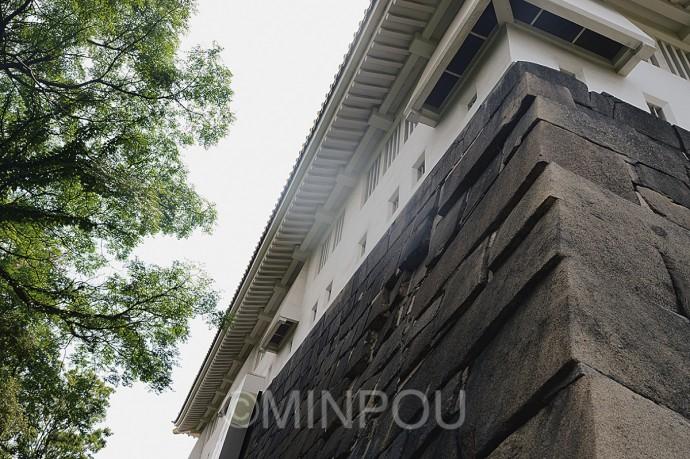 天守台・東北隅のずれた石垣