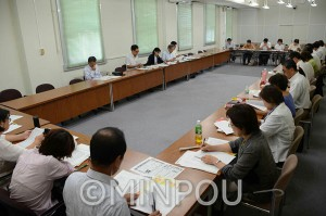 日本共産党府議団が開いた市町村議員との懇談会=21日、府庁内