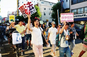 1300人が参加したSADL(民主主義と生活を守る有志)の緊急デモ。日本共産党のわたなべ結参院大阪選挙区候補も駆け付け、デモに合流しました=23日、大阪市浪速区内