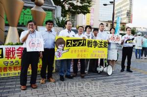 日本共産党の議員 ・ 候補とともに、「戦争法案を廃案にしよう「」暮らし を守る市政の実現を」と訴える浜東大阪市長候補=15日、東大阪市内