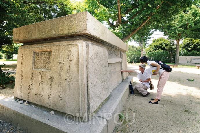 台座石だけが残った軍馬像。かつて高さ3㍍の軍馬像が建てられていました=大阪市港区築港南公園