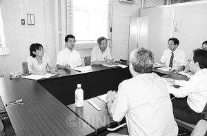 最賃引き上げを要望する日本共産党府議団=7月29日、大阪市中央区内