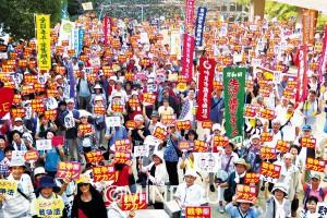 「戦争アカン」などのプラカードを掲げるピースパレード参加者=8日、岸和田市内