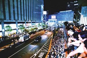 多くの人が足を止め学生たちの訴えを聞きました=21日、大阪市北区内