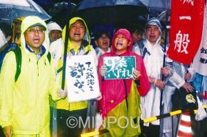 「戦争法案絶対反対!」「国民無視の国会止めろ!」「野党は頑張れ!」――土砂降りの雨をついて、国会前でコールを続ける全国一般府本部の組合員ら=17日、東京都千代田区内
