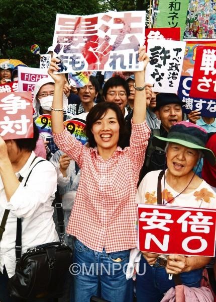 国会正門前で「戦争法案絶対廃案」「安倍政権はいますぐ退陣」と声を上げる=8月30日、東京都千代田区内
