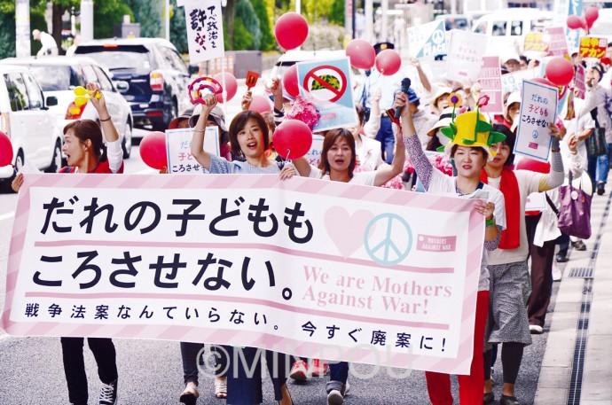 「誰の子どもも殺させない」とコールしながらパレードする母親たち。最前列中央はわたなべ参院大阪選挙区候補=18日、池田市内
