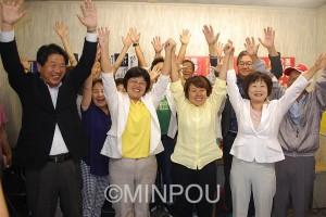 3人全員当選を決め支援者とバンザイする(前列右から)中上、藤田、さらがいの3氏=13日、交野市内