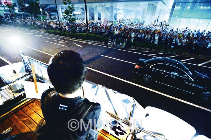 JR大阪駅前で抗議する人たち=17日、大阪市北区