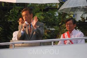 訴える穀田衆院議員(左)と浜東大阪市長候補=6日、東大阪市内