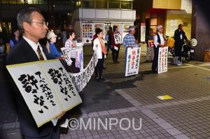 「19日行動」に取り組む「いばらき総がかり行動」実行委員会の人たち=19日、茨木市内
