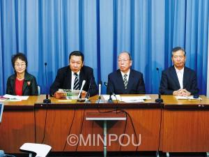記者会見する明るい会の前田事務局長(左から2人目)ら=15日、府庁内