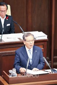 松井知事に質問する宮原威府議=8日、府庁内